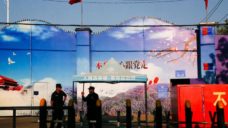Wachen vor dem Tor eines offiziell als Ausbildungszentrum bezeichneten mutmaßlichen Arbeitslagers in Xinjiang