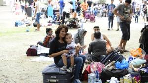 Hunderte Flüchtlinge warten bei Rekordhitze auf Hilfe