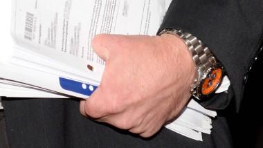 Unglaubwürdig: Dafür, dass der Mann in die Säge gefallen sein soll, sieht seine Hand noch ziemlich gut aus, meint ein Gutachter