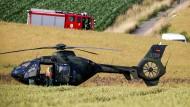 Ein Hubschrauber des Typs EC 135 nahe der Absturzstelle im Landkreis Hameln-Pyrmont am Montag