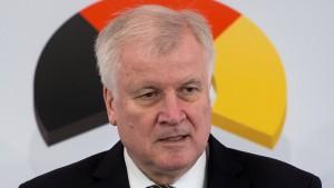 Merkel und Seehofer wollen Doppelpass als Chefsache klären