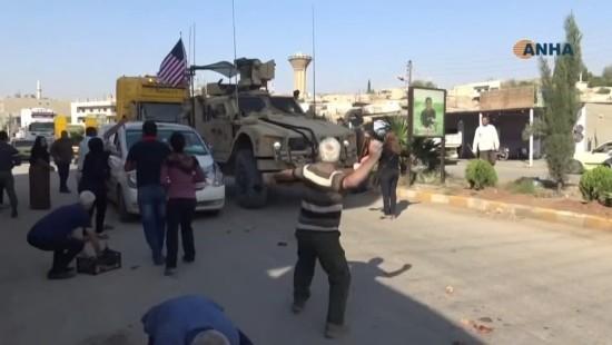 Kurden verabschieden Amerikaner mit Steinhagel