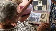 Eva Alberman blättert durch ein Familienalbum.