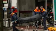 Sanitäter transportieren eines der Opfer des Anschlags in der Brüsseler Metro-Station Maalbeek ab.