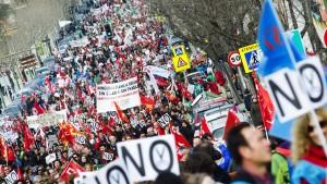 Tausende demonstrieren gegen Sparkurs der Regierung