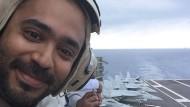 Abijit Iyer-Mitra an Bord des amerikanischen Flugzeugträgers USS Theodore Roosevelt