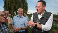 Um keinen flotten Spruch verlegen: Der Mainzer Oberbürgermeister Michael Ebling plaudert auf einer Weinbergwanderung mit regionalen Winzern.