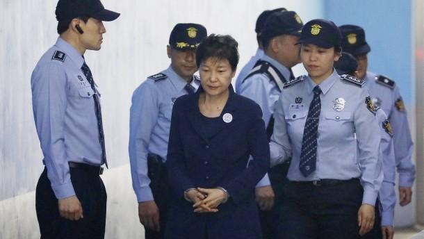 Ex-Präsidentin in Handschellen vor Gericht