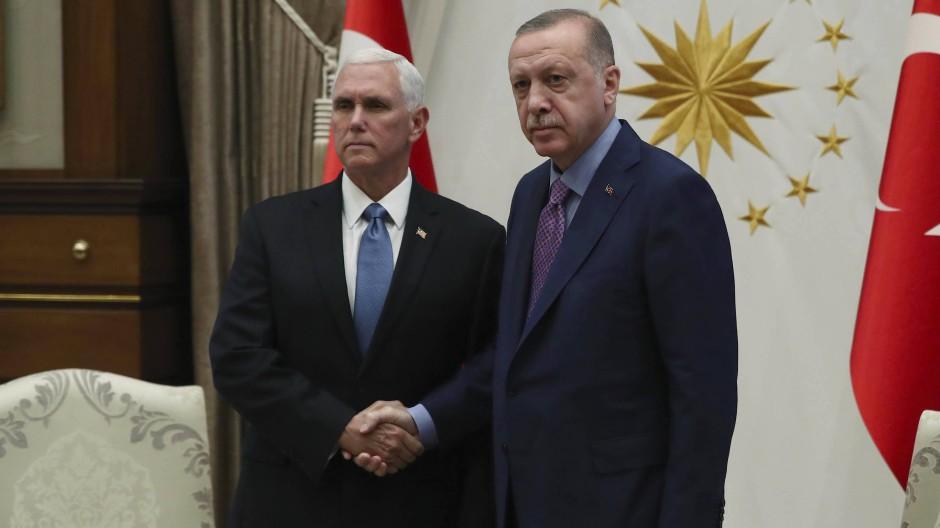Schwieriges Treffen: Amerikas Vizepräsident Pence neben dem türkischen Präsidenten Erdogan am Donnerstag in Ankara