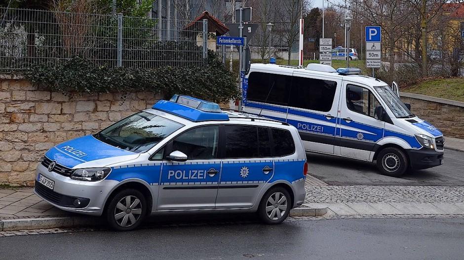 Polizeiwagen vor dem Oberlandesgericht Jena. Mehrmals gingen an Thüringer Gerichten Drohmails ein, die mit NationalSozialistische Offensive unterzeichnet waren (Archivbild).