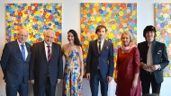 Idyllisch: Der russische Botschafter Netschajew (2.v.l.) zusammen mit Manuela Schwesig (2.v.r.), Ministerpräsidentin von Mecklenburg-Vorpommern, in einer Kunstausstellung, die Russland gewidmet ist.