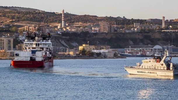 Wie Italiens Regierung Salvinis Migrationspolitik beerdigt