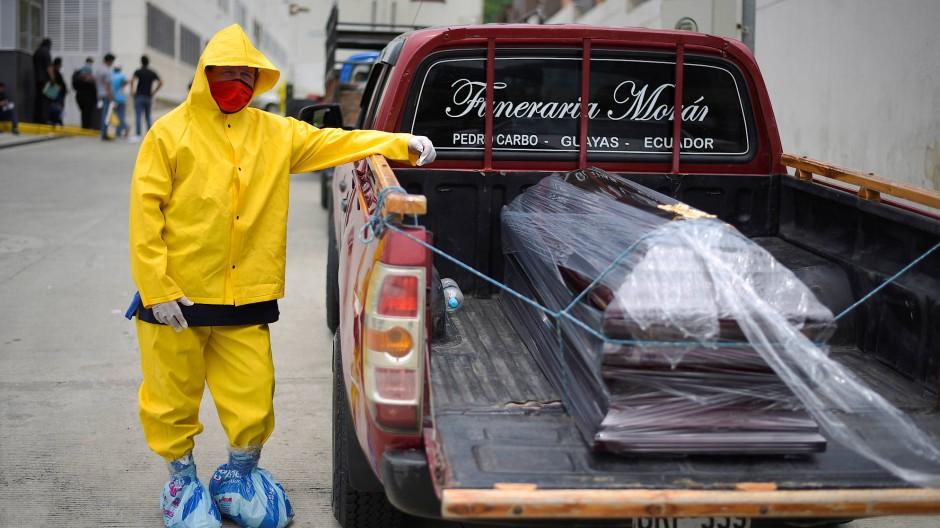 Ein Bestatter neben seinem Wagen in der Hafenstadt Guayaquil