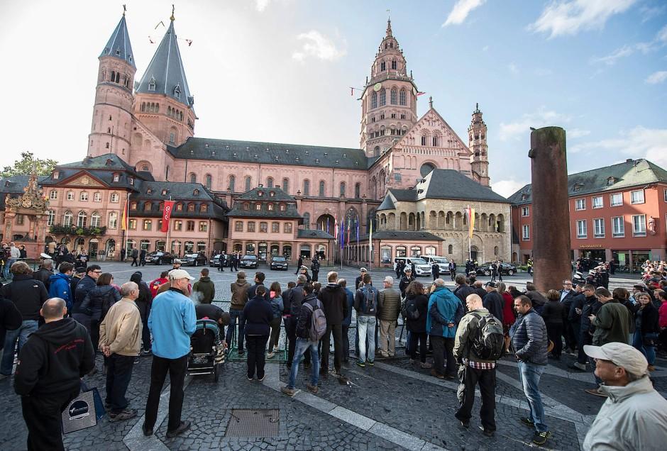 Festbesucher vor dem weiträumig abgesperrten Mainzer Dom