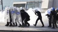 Polizei setzt Tränengas bei Gedenken für Terroropfer ein