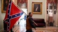 Eine Stimmung wie 1865?: Ein Trump-Anhänger mit Konföderiertenflagge am 6. Januar nach dem Sturm auf das Kapitol in Washington.