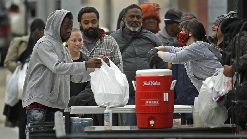 Menschen erhalten in einem Restaurant in Kansas City im Mai kostenlose Mahlzeiten.