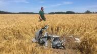 """Ein Wrackteile eines der beiden abgestürzten ?Eurofighter"""" am Montag in einem Kornfeld nahe der Ortschaft Jabel"""