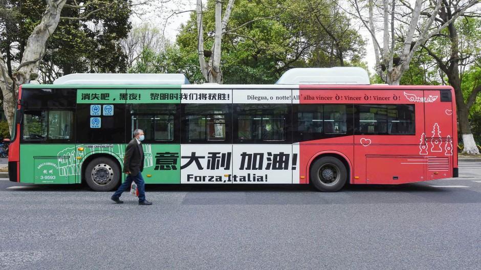 China demonstriert Solidarität mit Italien: Ein Bus in der Stadt Hangzhou