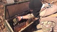 In einem Video zeigt sich ein IS-Kämpfer mit der Waffenlieferung