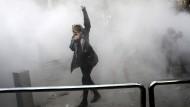 Aus Iran dringen kaum verlässliche Informationen über die Proteste nach außen. Dieses Foto soll eine Studentin zeigen, die an der Universität Teheran gegen das Regime demonstriert.