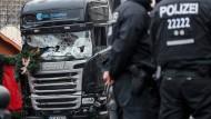 Sinnbild der Zerstörungskraft salafistischer Dschihadisten: Der Lastkraftwagen auf dem Weihnachtsmarkt am Berliner Breitscheidplatz am 20. Dezember 2016