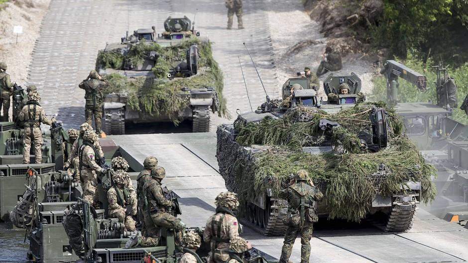 """Bundeswehrsoldaten überqueren während des Nato-Manövers """"«Iron Wolf 2017"""" über eine Pontonbrücke den Fluß Neris in Lituauen mit Panzern."""