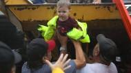 Dieses Kind musste mit der Familie das Haus in Houston (Texas) verlassen, nachdem es überflutet worden war.