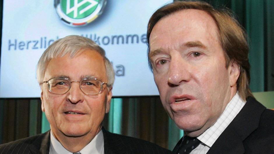 Der ehemalige DFB-Präsident Theo Zwanziger (l) und Fußball-Idol Günter Netzer bei einem Zusammentreffen im Jahr 2005 in Köln.