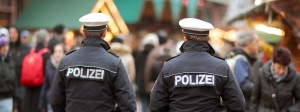 Zwei Polizeibeamte laufen auf dem Weihnachtsmarkt in Frankfurt am Main Streife.