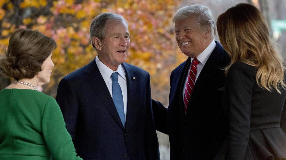 George W. Bush mit seiner Frau Laura, Präsident Donald Trump und dessen Frau Melania im Dezember 2018