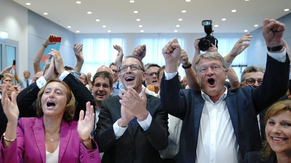 Jubel in der AfD-Spitze:  Beatrix von Storch, Bundesvorstandsmitglied, Jörg Urban, Spitzenkandidat der AfD in Sachsen, und Jörg Meuthen (l-r), Bundesvorsitzender der AfD, jubeln auf der AfD-Wahlparty in Dresden.