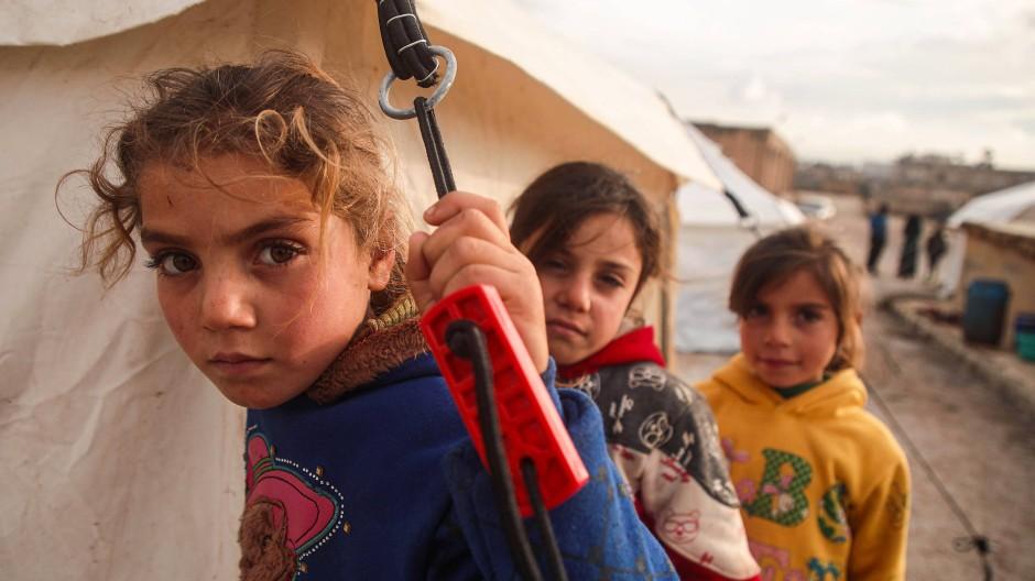 Syrische Kinder in einem Flüchtlingslager nahe der Stadt Dana an der Grenze zur Türkei