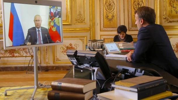 So umgarnt Macron Putin