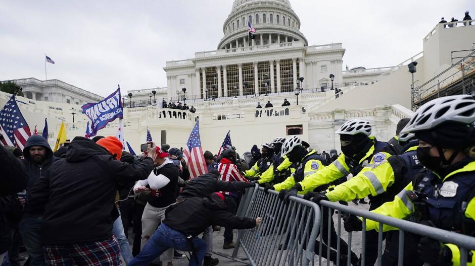Trump-Anhänger versuchen am Mittwoch eine Absperrung vor dem Kapitol in Washington zu durchbrechen.