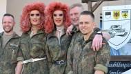 Gefahr für die Kampfkraft? Die Travestiekünstler Lee Jackson und Barbie Stupid besuchen am 5. Juli die Rommel-Kaserne in Dornstadt.