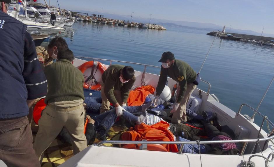 Ein Boot bringt am Montag die Leichen ertrunkener Flüchtlinge in den Hafen des türkischen Ortes Bakilesir.