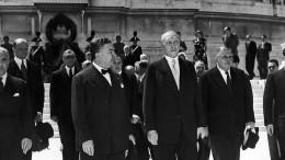 Als Adenauer vor dem Papst kniete