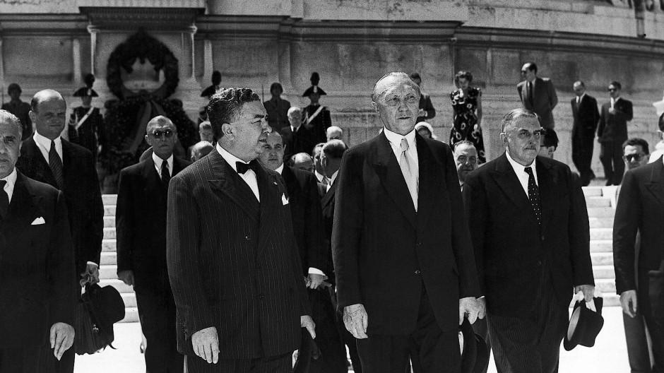 Beeindruckender Empfang für den Kanzler: Konrad Adenauer (Mitte) am 15. Juni 1951 in Rom.