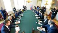 Bundeskanzler von Österreich, nimmt am selben Tag der Vereidigung neuer Minister mit allen Ministern an einer Ministerratssitzung teil.