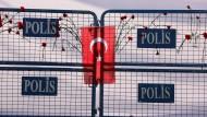Blumen und die türkische Fahne am Anschlagsort in Ankara. Der Täter stammte aus der Türkei, wie nun herauskam.