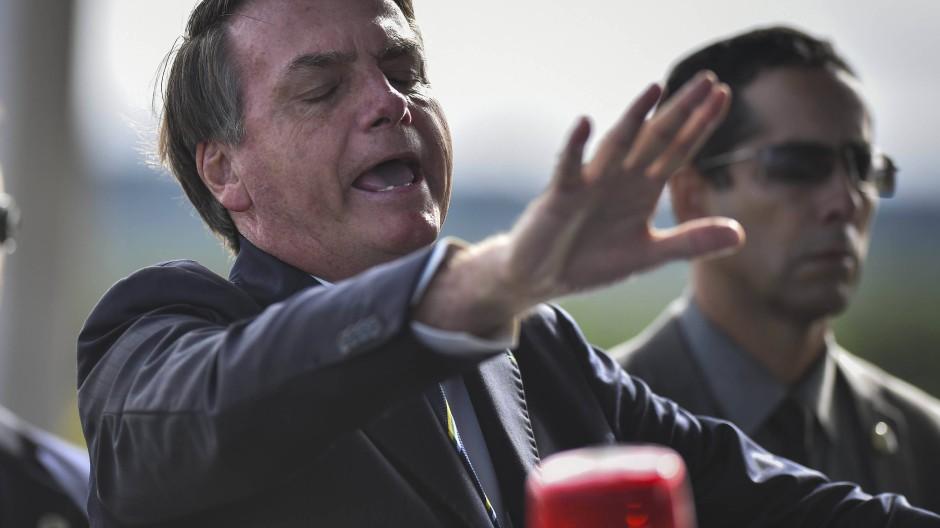 Bolsonaro begrüßt Unterstützer vor einer Pressekonferenz zur Corona-Pandemie.