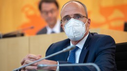 Innenminister Beuth lehnt Rücktritt ab