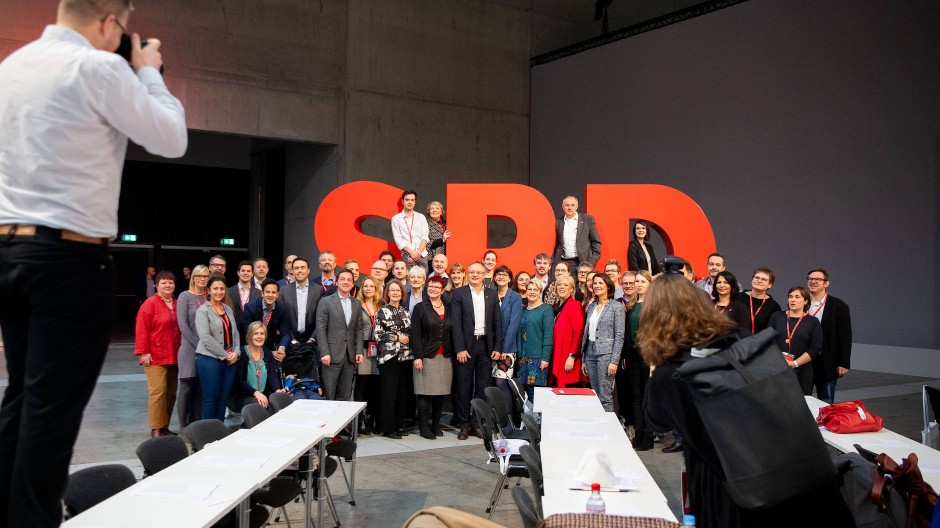 Bitte recht freundlich für die Wähler: Delegierte lassen sich vor dem SPD-Logo während des Bundesparteitags fotografieren.
