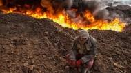 Auf ihrem Rückzug zerstörten die IS-Terrormiliz 2016 die Ölförderanlagen bei Al Qayyarah einem Vorort von Mossul. Auf ihr Geld war sie kaum angewiesen.