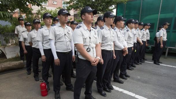 5000 Polizisten stürmen Kirchengelände
