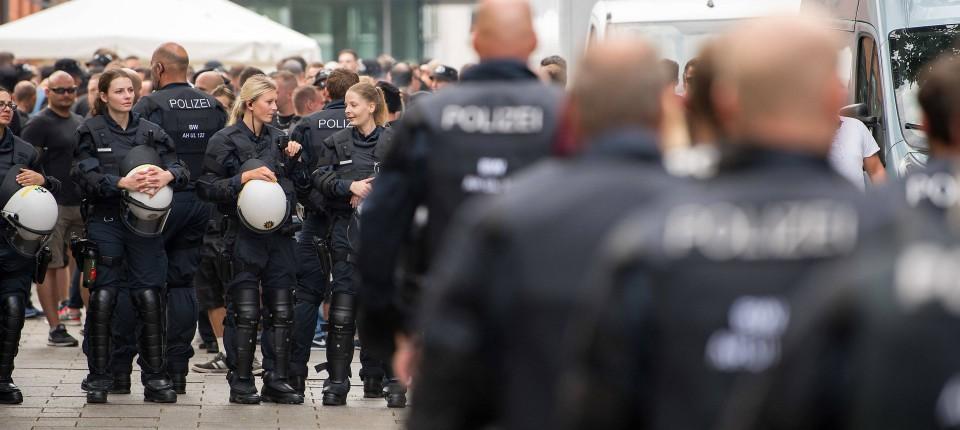 Der Regelfall: Deutsche Polizisten als Freunde und Helfer beim DfB-Pokalspiel am 18. August in Ulm