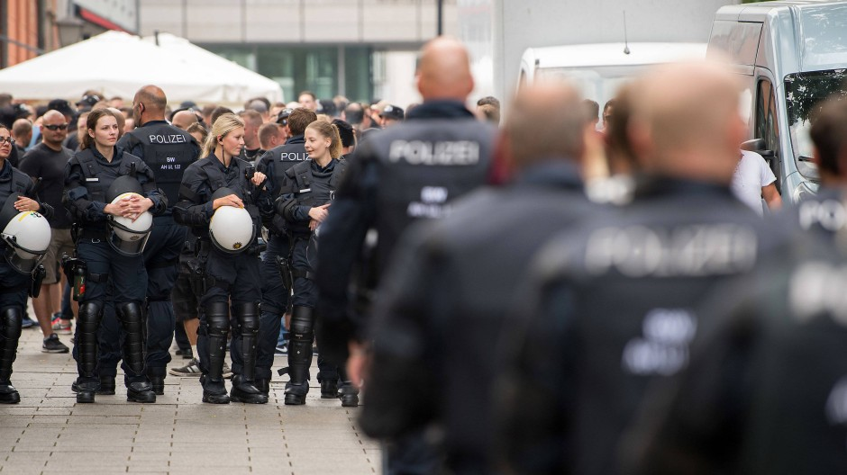 Der Regelfall: Deutsche Polizisten als Freunde und Helfer beim DfB-Pokalspiel am 18. August in Ulm.