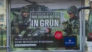 """Die Bundeswehr wirbt damit, dass ihre Plakate beschädigt wurden: """"Wir kämpfen dafür, dass du gegen uns sein kannst"""" ist ein wiederkehrender Slogan."""