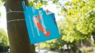 Ein zerstörtes Wahlplakat der AfD zur Kommunalwahl 2016 in Hannover